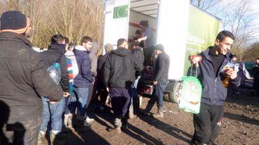 Distribution de nourriture par des bénévoles anglais