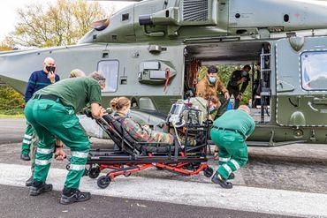 Lundi, l'appareil s'est posé à l'hôpital militaire de Neder-Over-Hembeek, les équipes ont pu s'entraîner à l'installation du matériel médical dans l'hélicoptère.