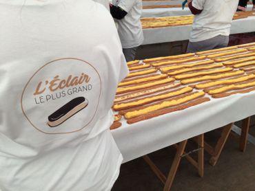Une vingtaine de pâtissiers se sont mis à la tâche pour nous offrir le plus long éclair du monde