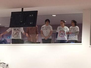 """Des défenseurs du secret professionnel des CPASsont apparus à la tribune réservée au publicde la salle de commission en arborant des t-shirtssur lesquels il était inscrit: """"Assistant social, pas flic""""."""