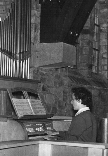 A 24ans (1975), Lucy Deblon Marquet joue déjà sur l'orgue de l'église de Tiège.