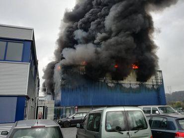 L'entreprise Van Gansewinkel qui part en fumée. Le bâtiment fond complètement.
