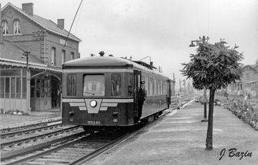 Cliché de Jacques Bazin.  Arrivée à Yvoir, via la ligne 128, le 24 septembre 1957. Source : Le Chemin de Fer du Bocq -  Ligne 128 / Spoorlijn 128 (Groupe privé FB)