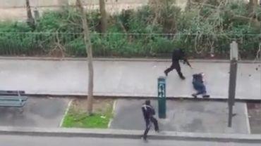 L'instant où les frères Kouachi abattent le policier