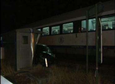 Le train n'a pas pu freiner à temps et a percuté la voiture, qui a été traînée sur plusieurs mètres.