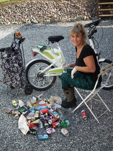 Après la récolte, Annie fabrique des guirlandes de déchets