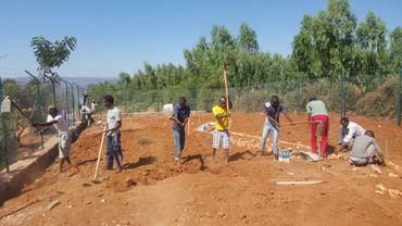 Dans le camp de Mahama, au nord du Rwanda, de jeunes réfugiés burundais construisent leur future école.