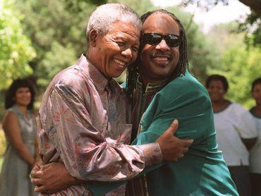 En 1984, Stevie Wonder dédie une chanson au «  serviteur du peuple » - Nelson Mandela - intitulée « I Just Called To Say I Love You ».
