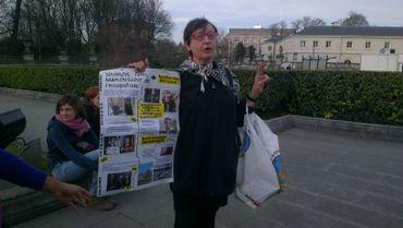 Une manifestante contre la réception organisée pour Shimon Peres