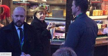 Angela Merkel à la friterie Antoine sur la place Jourdan, en février 2017.