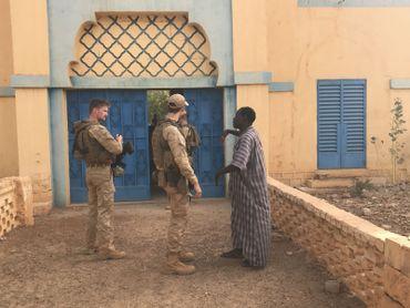 Devant le bureau de poste de Gao, son directeur, Selou Koulibaly explique la situation aux militaires belges