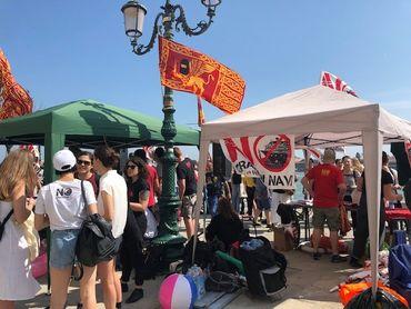 Les Vénitiens manifestent pour l'interdiction des paquebots après l'accident d'un bateau de croisière