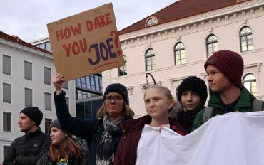 """""""Comment oses-tu, Joe?"""" - panneau mettant en cause Joe Kaeser, le patron de Siemens, à Munich, ce 13 janvier 2020"""