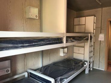 Un mobilier solide et fonctionnel, les chambres sont toutes équipées d'une salle de bain.