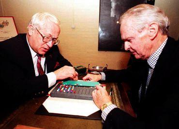 L'agent double du KGB et du MI5, Oleg Gordievsky (à gauche) et le briseur de code Alan Stripp se sont affrontés sur le jeu Mastermind lors d'une réunion à l'occasion du 25e anniversaire du Cabinet War Rooms, le 4 novembre 1997.