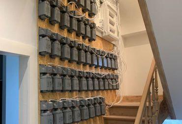 """L'installation électrique dépassait largement le cadre d'une maison """"normale""""."""