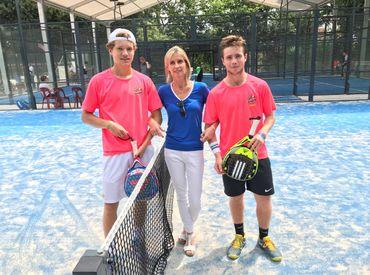 Karine Biver, la président du club d'Odrimont, entourée par deux jeunes adeptes du padel.