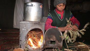 Sans bois, les réfugiés brûlent ce qu'ils trouvent pour se réchauffer et cuisiner.