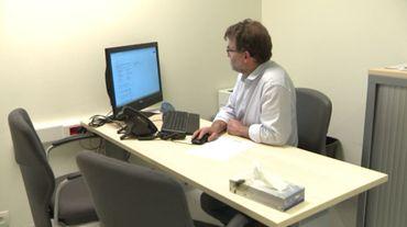 Dans son cabinet au CHU Saint-Pierre, Daniel Murillo reçoit des hommes en demande de contraception