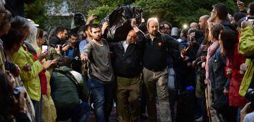 La foule laisse passer un homme portant un sac destiné à un bureau de vote à Barcelone