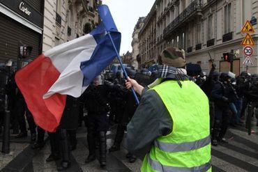 Les gilets jaunes face aux forces de l'ordre. Un deuxième week-end d'affilée sous haute tension à Paris.