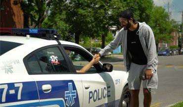 Un policier s'arrête pour demander la raison de ce campement. Il finit par souhaiter bonne chance au Belge et à lui dire que c'est une belle cause qu'il défend.