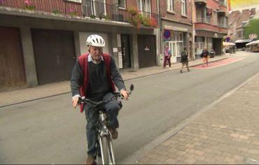 Un patient à vélo électrique qui arrive à la maison médicale.