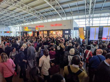 Les voyageurs bloqués à l'aéroport toujours plus nombreux.