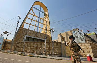 Un membre des forces irakiennes se tient devant l'église syriaque catholique de Notre-Dame de la Délivrance dans le district de Karrada de Bagdad, la capitale irakienne, le 1er mars 2021, au milieu des préparatifs de la visite du pontife.
