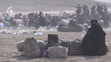 Des milliers de civils, en majorité des femmes avec enfants, attendent d'être transférés vers des camps de réfugiés après avoir été évacués de Baghouz, en Syrie