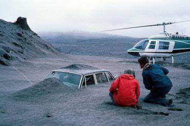 Deux géologues de l'USGS, Don Swanson (en rouge) et son collègue Jim Moore, découvrent une voiture remplie de dépôts de cendres quatre jours après l'éruption du Mont Saint-Helens. Il y retrouveront le cadavre du photographe Reid Blackburn, pris au piège.