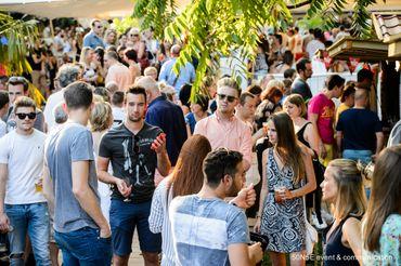 Niché en plein cœur de Charleroi, dans le parc Reine Astrid, Quartier d'Eté vous accueillera du 17 juillet au 9 aout pour une saison estivale riche en couleurs.