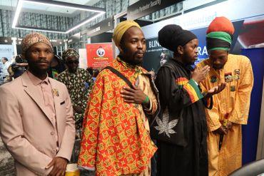 Visisteurs rastas au Salon du Cannabis à Pretoria.