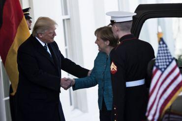 Donald Trump accueille Angela Merkel avec... une poignée de main