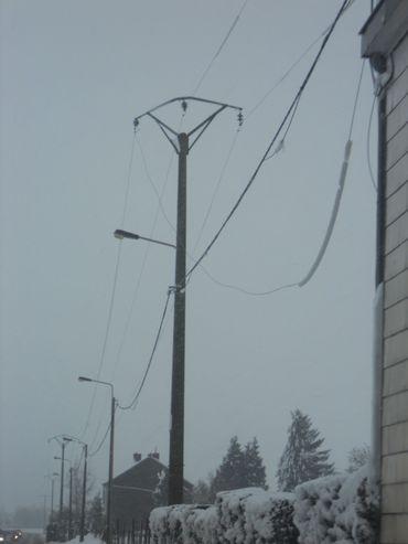 Les coupures se sont vraisemblablement produites entres Aineffe et Viemme où une ligne basse tentions a cédé sous le poids de la neige.