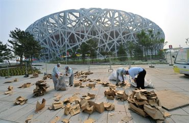 """Le Stade national, également surnommé """"Nid d'oiseau"""", a été la principale structure des Jeux olympiques d'été de 2008 de Pékin.  Ai Weiwei avait participé à sa réalisation en qualité de conseiller artistique."""
