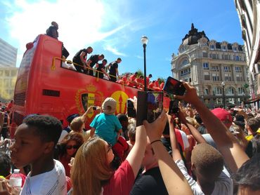 Une foule en liesse attend impatiemment les Diables rouges à la Grand-Place de Bruxelles