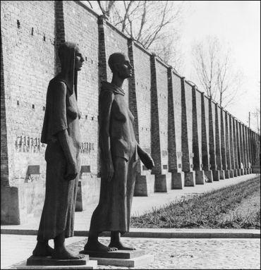 Statues aux victimes du camp de Ravensbrück, devant l'endroit, situé à 80 km de Berlin, en 1965