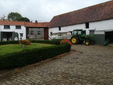 Lla Ferme pédagogique de la Vallée estune splendide ferme typiquement brabançonne avec sa cour carrée, entourée de bâtiments, que l'on chaule chaque année.