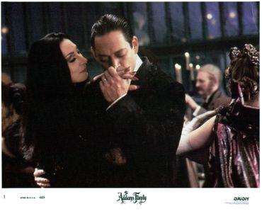 Morticia et Gomez, les inquiétants parents de la famille Addams, dans l'adaptation des années 90'