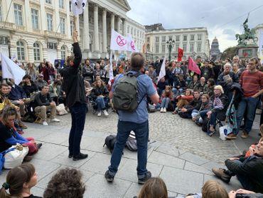 Les manifestants discutent au milieu de la place des Palais.
