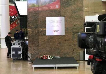 Une plaque commémorative a été apposée dans le hall de l'aéroport.