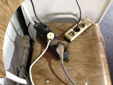 Des rallonges électriques bricolées.