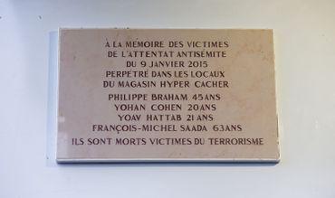La plaque rendant hommage aux victimes de l'attentat du supermarché casher