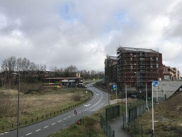 Le quartier Courbevoie est construit en bordure du Boulevard de Wallonie, en remontant vers la N4 depuis le centre de LLN.