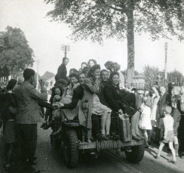 Jour de libération : passage d'une jeep, Stavelot, photographie de G. Jarbinet, 12 septembre 1944