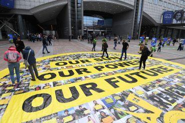 20 activistes et grimpeurs avait déployé une bannière devant le centre d'information du Parlement européen