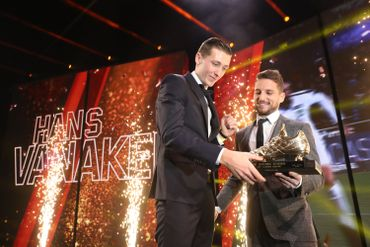 Dries Mertens remet le Soulier d'Or à Hans Vanaken