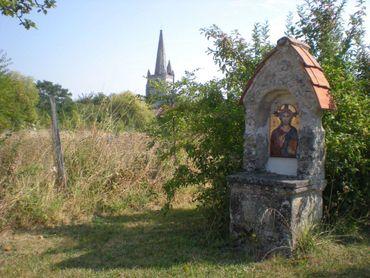 Au fond de la propriété, une stèle marque l'entrée du cimetière orthodoxe de l'abbaye, remontant à l'époque où le site était occupé par une communauté religieuse orthodoxe…