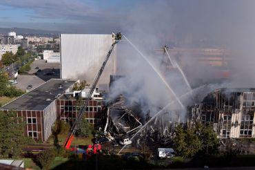 Les pompiers cherchent à éteindre l'incendie de Villeurbanne